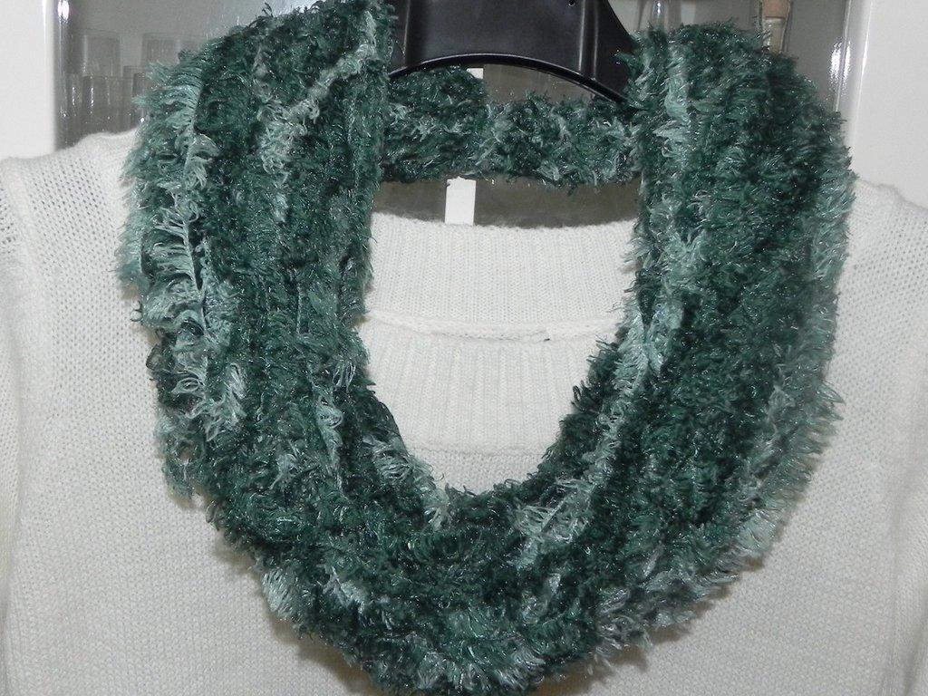 Sciarpa collana fatta a mano toni del verde €9,50