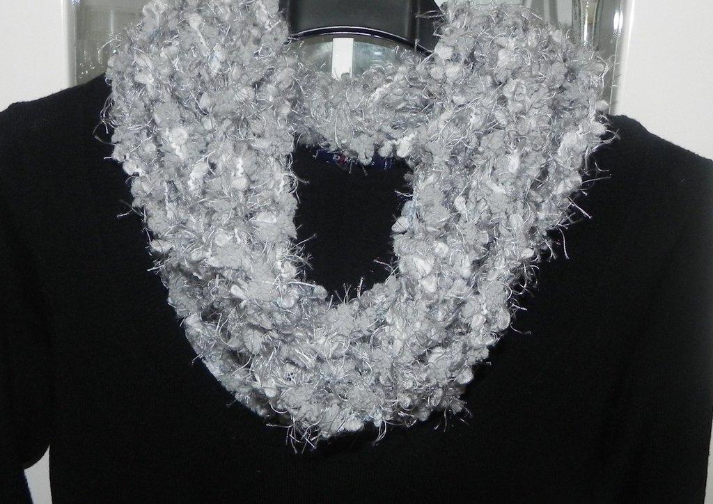 Sciarpa collana fatta a mano ad uncinetto toni del grigio
