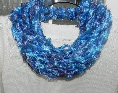 Sciarpa collana fatta a mano con lamè toni dell'azzurro