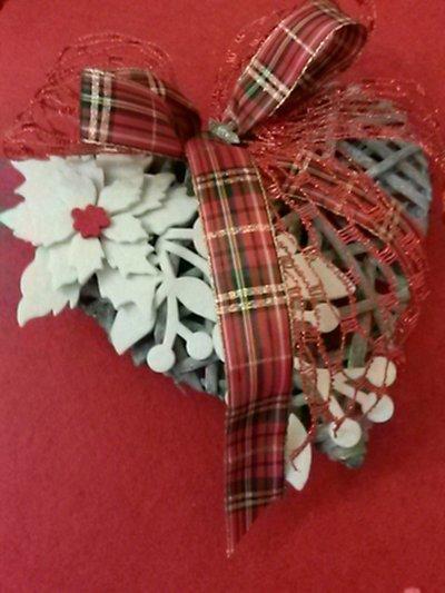 Decorazione natalizia con cuore e feltro