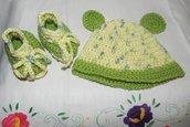 Scarpette e cappellino fatti a mano in misto lana ad uncinetto