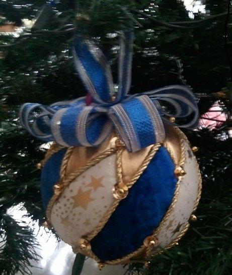Pallina di Natale in patchwork con fiocco