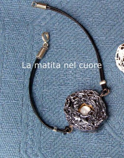 Braccialetto con monile in cartone e perla bianca