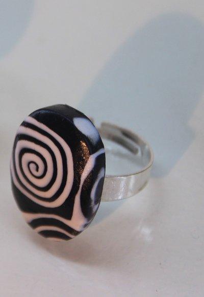 Anello ovale spirali nere e bianche