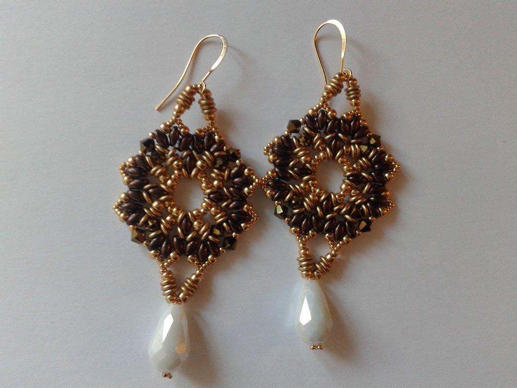 orecchini pendenti in tessitura di perline color oro e bronzo scuro con goccia bianca