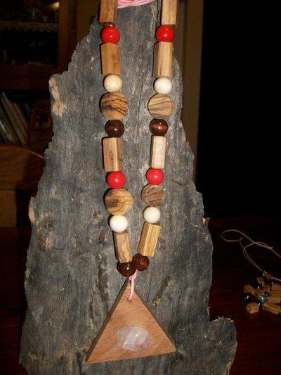 Collana in legni pregati, pietre dure.