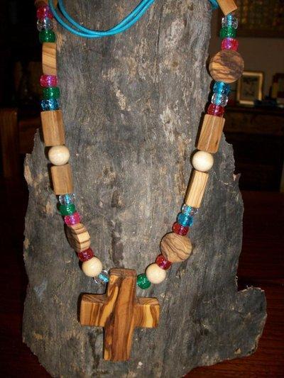 Collana in legni pregati e perline in vetro