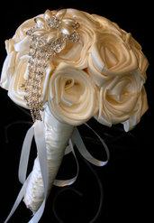 *Bouquet da sposa elegante e grazioso con rose di raso bianco e spilla con perline *