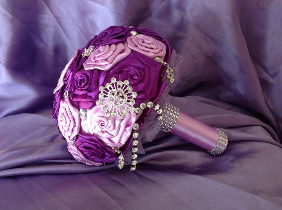 *Bouquet da sposa di raso lillac con diamanti e strass*