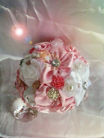 *Bouquet da sposa di raso bianco e rosa  con perline e diamanti*