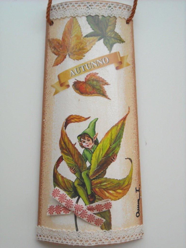 Folletto d'Autunno. Tegola di legno, decorata a mano.