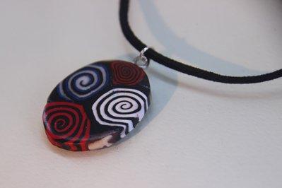 Ciondolo ovale con spirali multicolore