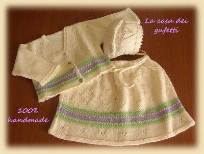 Completo giacchino, gonna e cuffietta bianco con righe lilla e verdi per femminuccia lavorato a mano