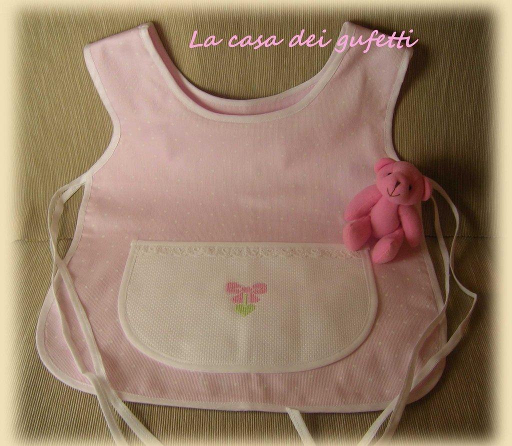 Grembiulino bambina per pappa o asilo rosa con pois bianchi e ricamo a punto croce