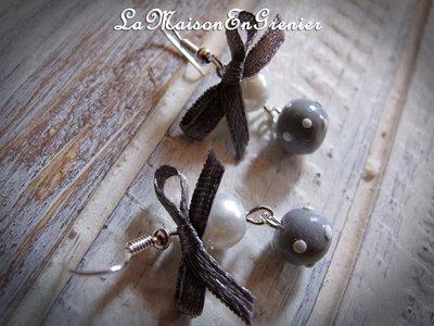 orecchini con perla grigia a pois e fiocchetto