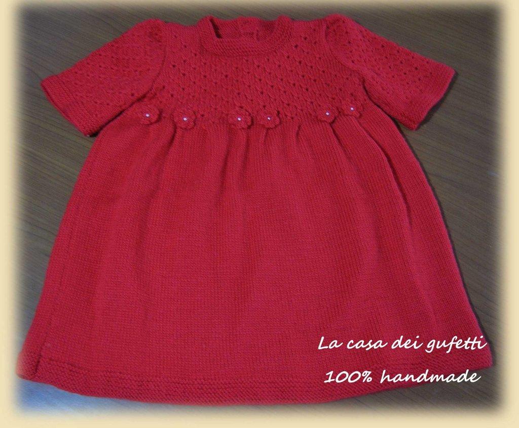 Vestitino di lana rossa con fiorellini e perline realizzato ai ferri