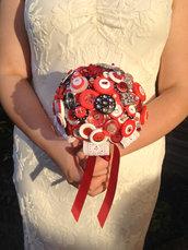 *Splendido bouquet di bottoni rosi e neri con spilla *