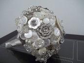 *Splendido bouquet di bottoni bianchi e spille*