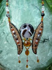"""Collana  """"Madame B."""" in pietre e perline, color oro, ambra e nero, fatta a mano"""