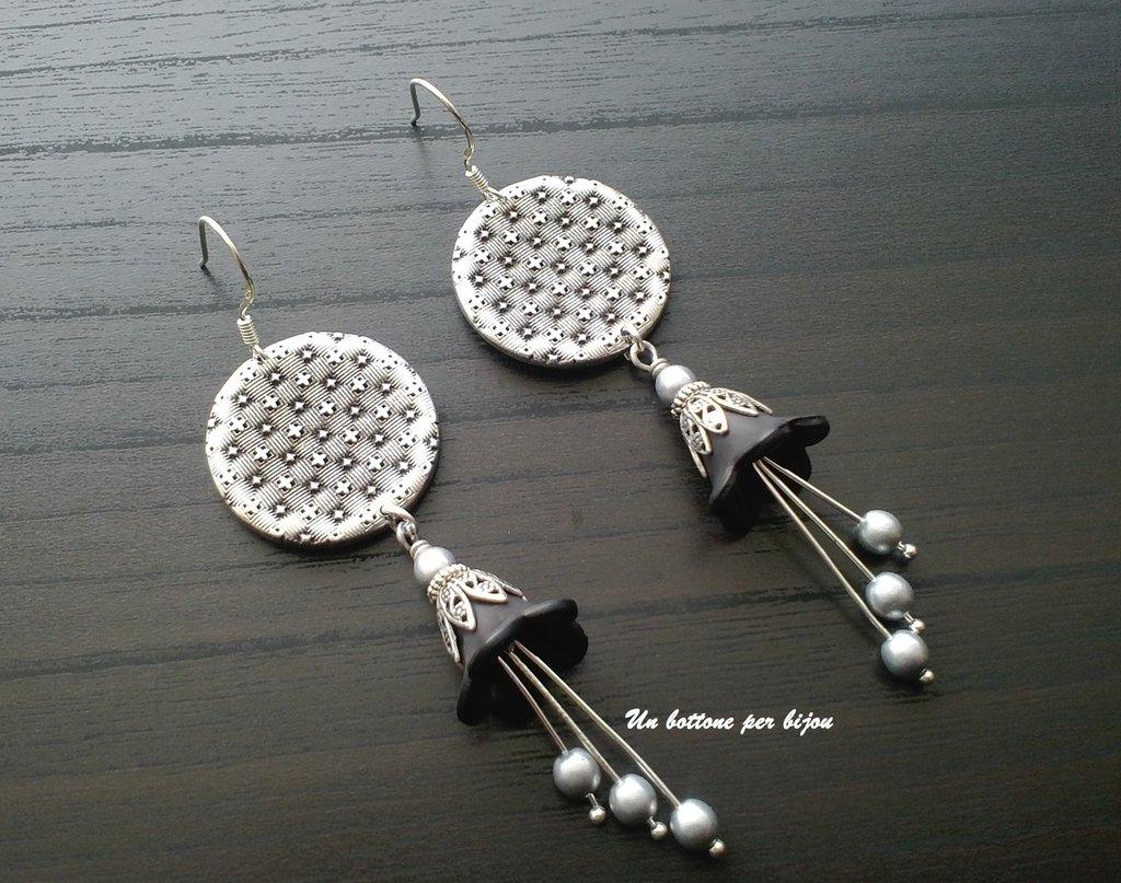 Orecchini con bottoni vintage in metallo brunito,ciondoli con perline in argento anticato e fiori di lucite nera.