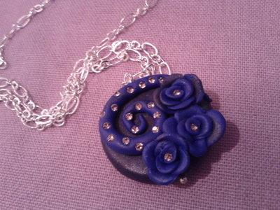 collana in fimo blu con roselline e diamantini