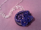 collana in fimo blu con roselline e diamantini