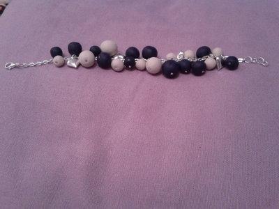 braccialetto con perle in fimo blu e beige e ciondoli a cuore