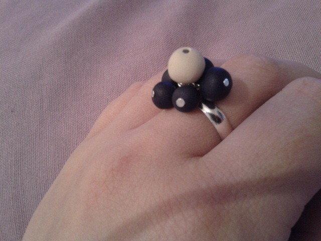 anello con perle blu e beige in fimo