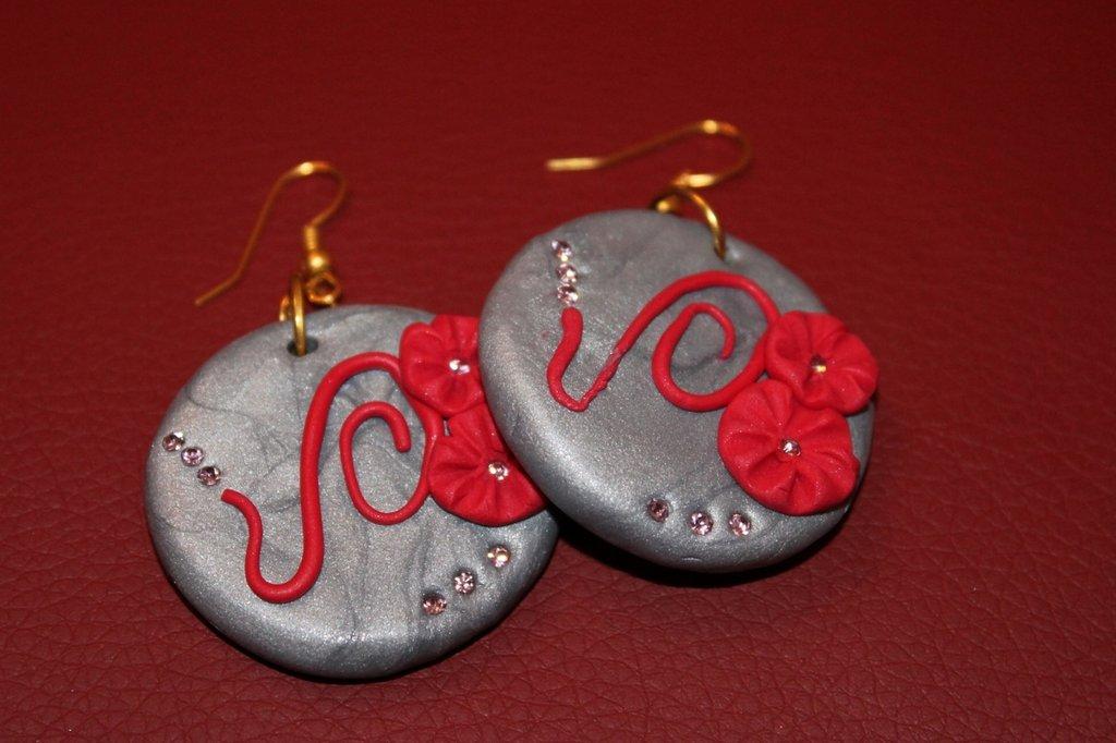 orecchini in fimo grigi con fiori rossi