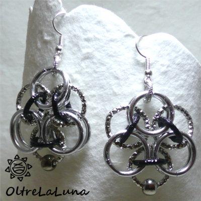 Orecchini Delta in catena di alluminio color acciaio, argento e nero