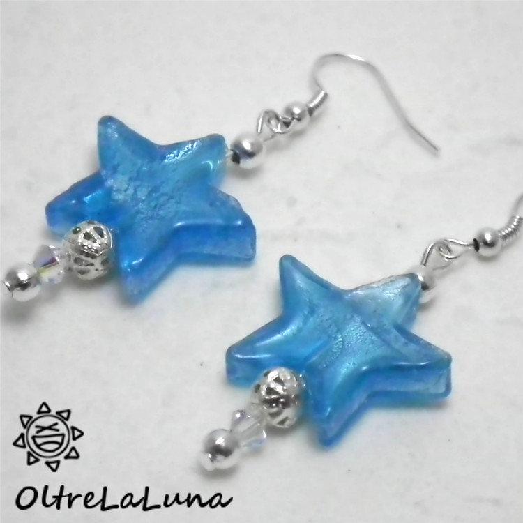 Orecchini pendenti con stelline azzurre, elementiargentati e pietre sfaccettate