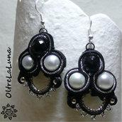 Orecchini neri e argento in soutache con perle e pietra nera sfaccettata