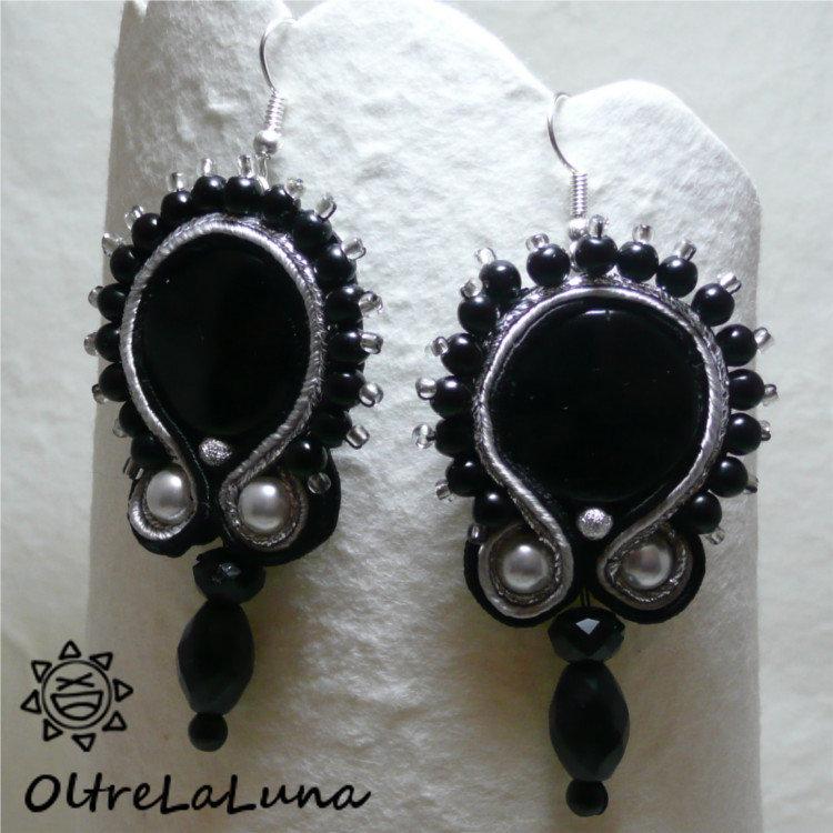 Orecchini neri in soutache con resine, perle e pietre pendenti