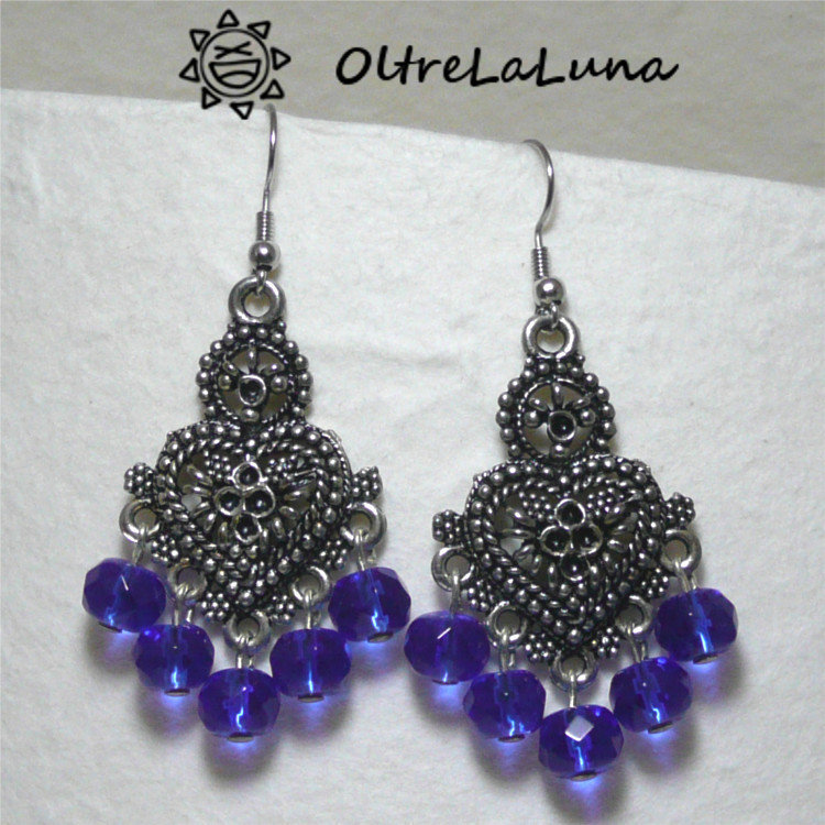 Orecchini pendenti in filigrana a forma di cuore con perle blu elettrico