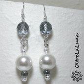 Orecchini pendenti con pietre azzurre, perle, perline e resine