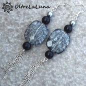 Orecchini con resine grigie screziate e catenelle pendenti
