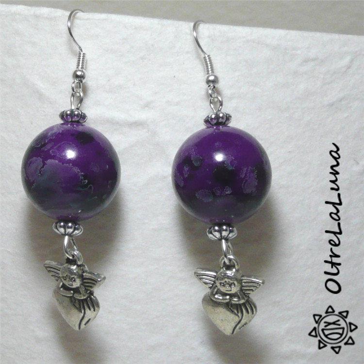 Orecchini pendenti con perle in resina screziate ed amorini su cuoricini pedenti