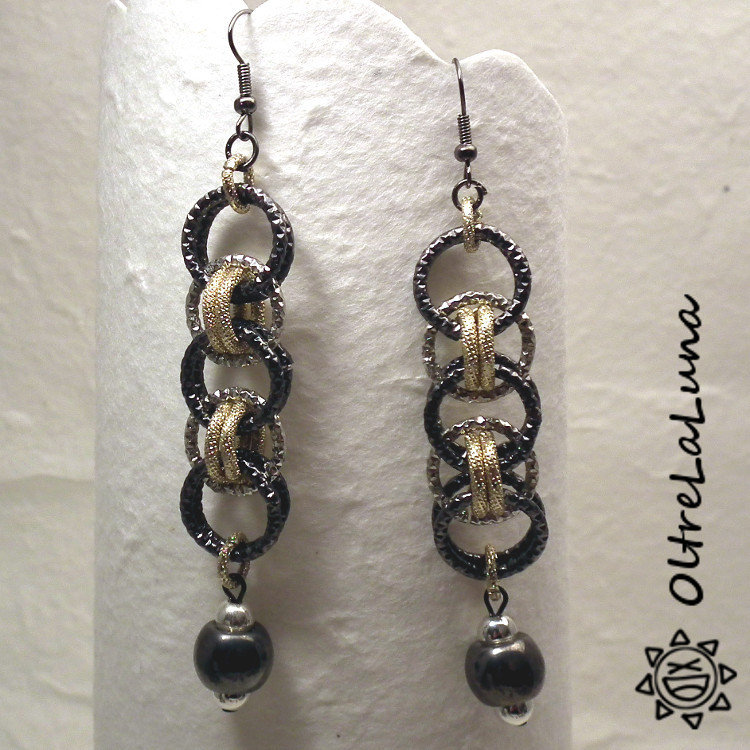 Orecchini pendenti in chainmail color canna di fucile, argento e oro e perla in resina