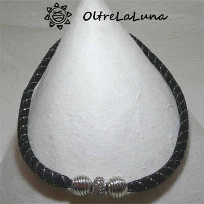 Collana in maglia tubolare nera e argento, cristalli neri e strass centrale
