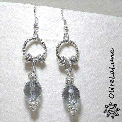 Orecchini pendenti con anello diamantato, cristallo azzurro e palline filigranate