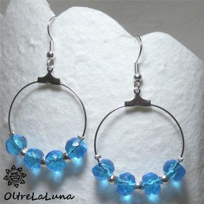 Orecchini a cerchio con cristalli azzurri