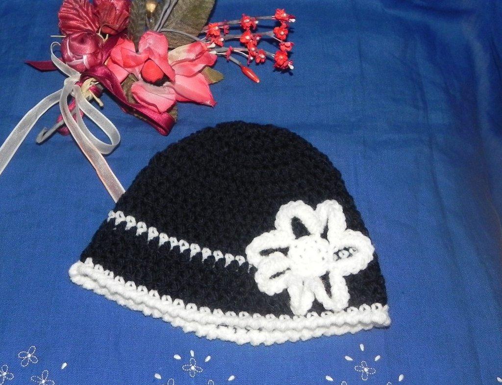 Cappellino con fiore  fatto a mano ad uncinetto blu e bianco misto lana
