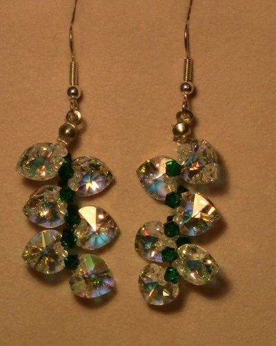 Orecchini pendenti con cuori Swarovski ab color bianco e verde