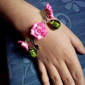 Bracciale Rose Rosa in fimo con ciondoli gocce di vetro verde