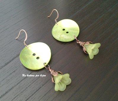 Orecchini con bottoni in vera madreperla verde chiaro e ciondoli di rame  e lucite verde chiaro a forma di fiore