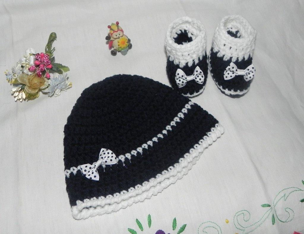 Scarpine e cappellino bebè unisex misto lana blu + bianco con fiocco a pois