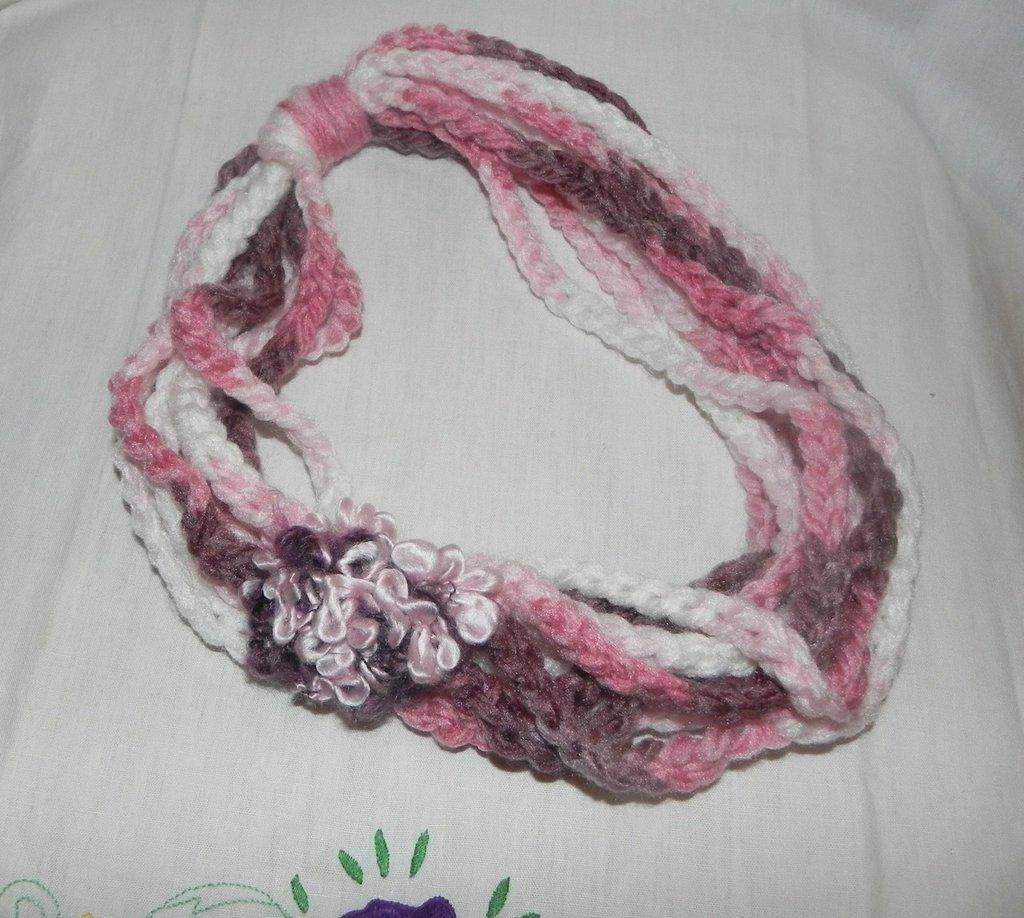 """Sciarpa """"Infinity Scarf"""" collana realizzata ad uncinetto toni del rosa"""