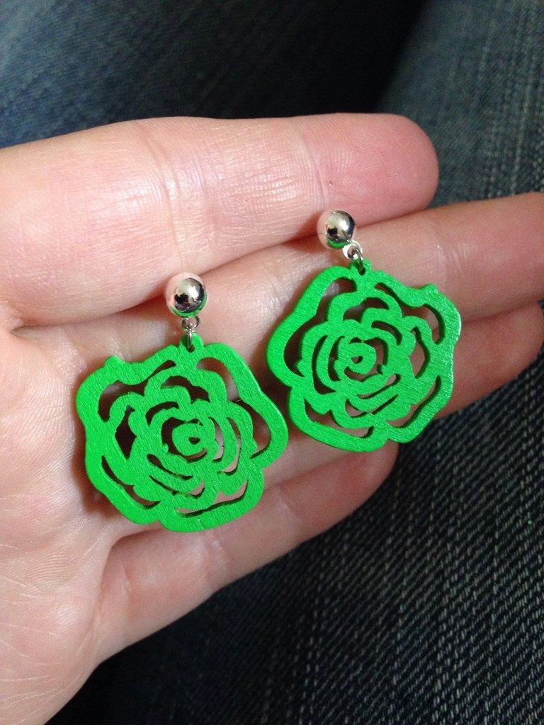 Orecchini a perno pendenti in legno a forma di rosa