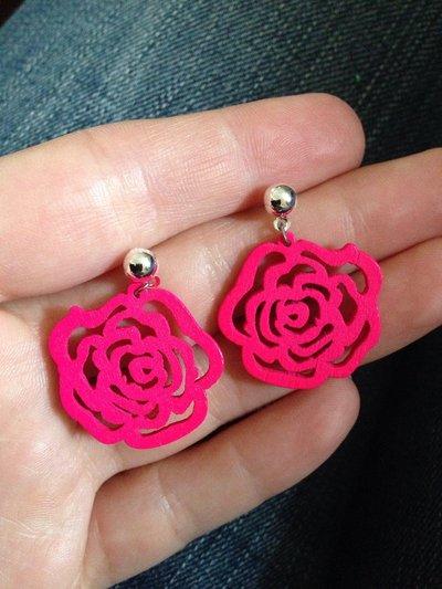 Orecchini pendenti in legno a forma di rosa