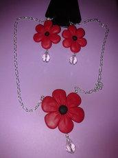 parure in fimo con fiori rossi